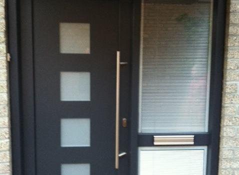 Kunststof voordeur met zij-aanzicht.